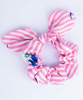 Розовая резинка для волос в полоску