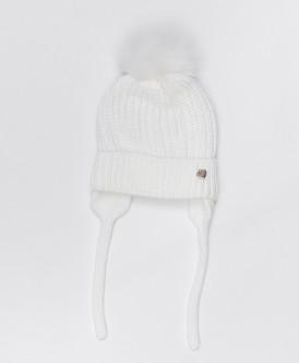Белая шапка с завязками
